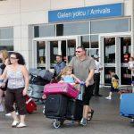Первую группу туристов из Российской Федерации ваэропорту турецкой Антальи встретили сцветами