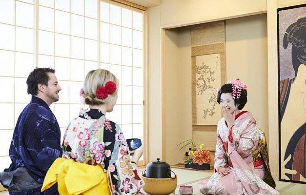 Туристический центр в Осаке открыл кафе с гейшами