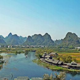 Китай. Сказочный город Шангри-ла у подножия гор