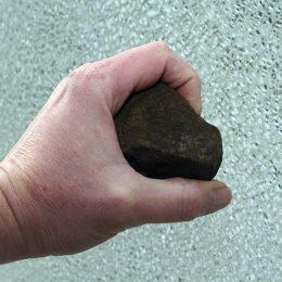 На Кипре в баре турист швырнул камень в телевизор